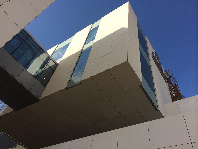 Facade Alger Hostelerie School / Stonesize by Tino. Escuela de Hostelería de Argel
