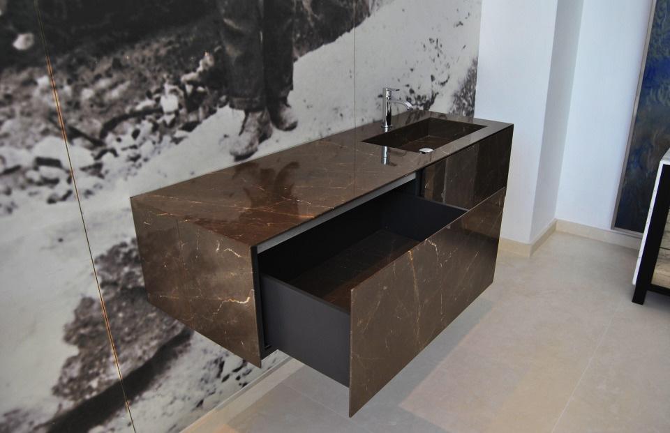 Instalar muebles suspendidos de piedra natural