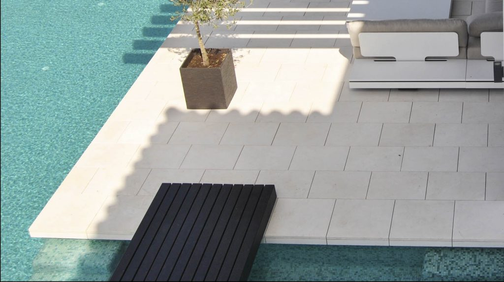 Suelos de gran formato en piedra natural ligera - Large format floors in lightweight natural stone