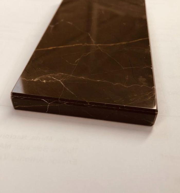 Canto visto con continuidad de veta que combina piedra natural y Honeycomb