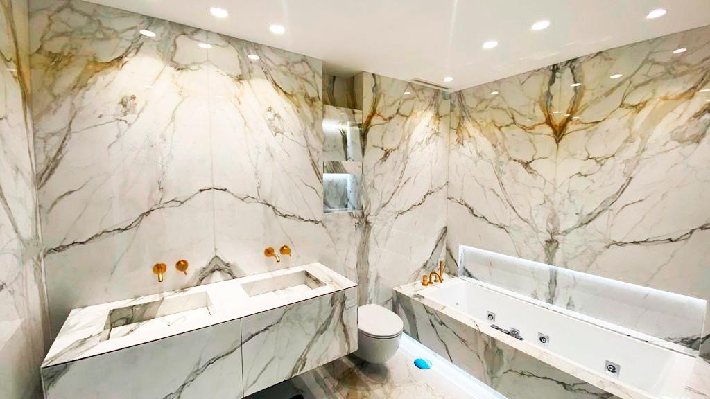 Lightweight Calacatta bathroom - Baño de mármol Calacatta aligerado